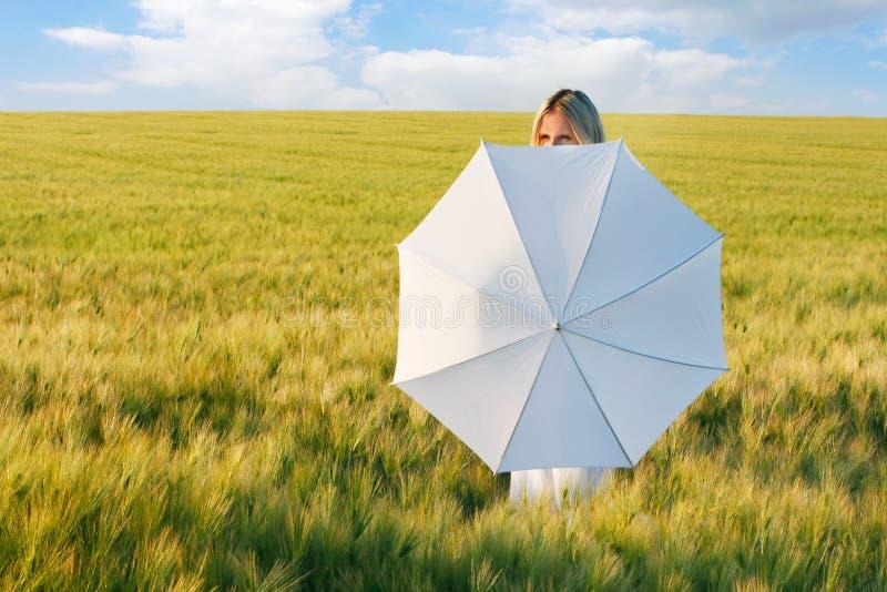 Jeune belle fille derrière le parapluie blanc images stock