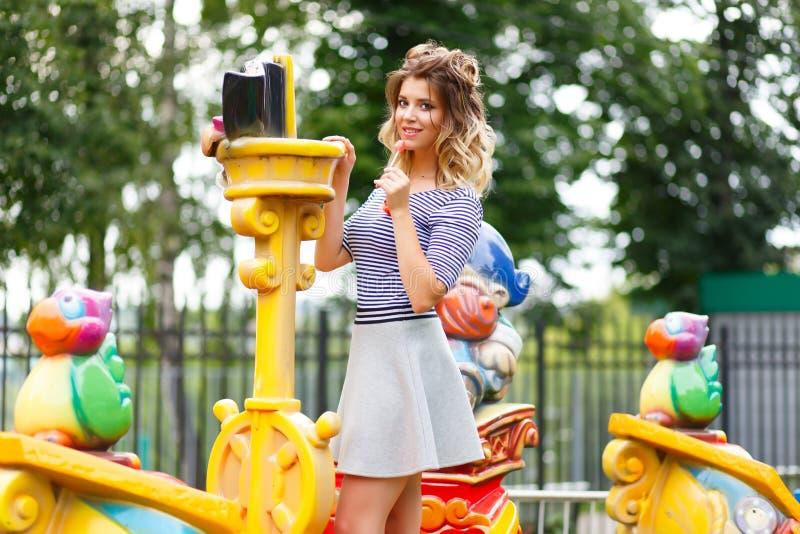 Jeune belle fille en parc photos stock