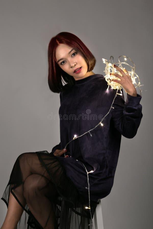 Jeune belle fille jouant avec la lumière menée images libres de droits