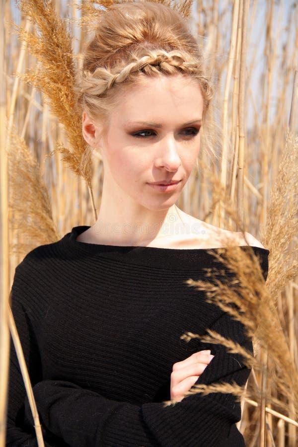 Jeune belle fille mince dans le roseau photographie stock libre de droits