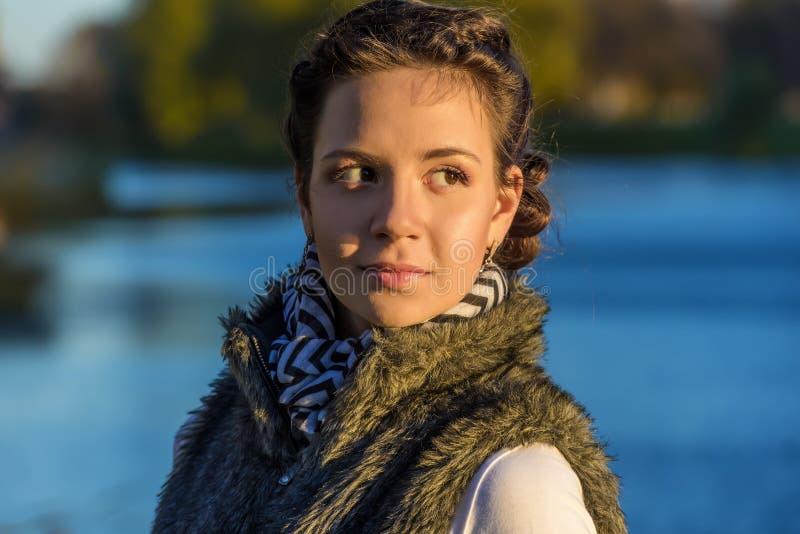Jeune belle fille pendant l'automne photos stock