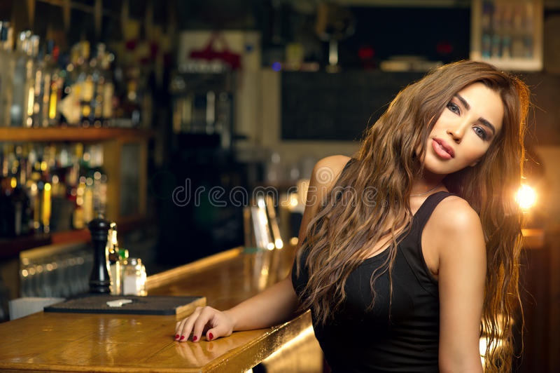 Jeune belle fille posant dans un bar photos stock