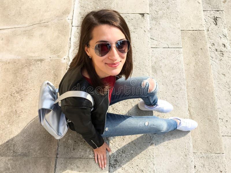 Jeune belle fille posant en Autumn Clothes image stock