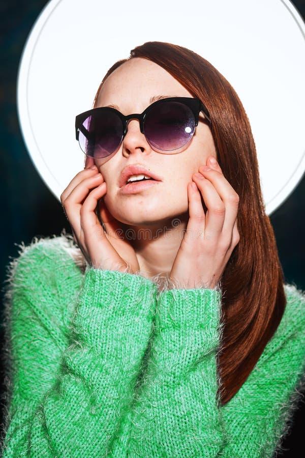 Jeune belle fille rousse dans des lunettes de soleil photos libres de droits