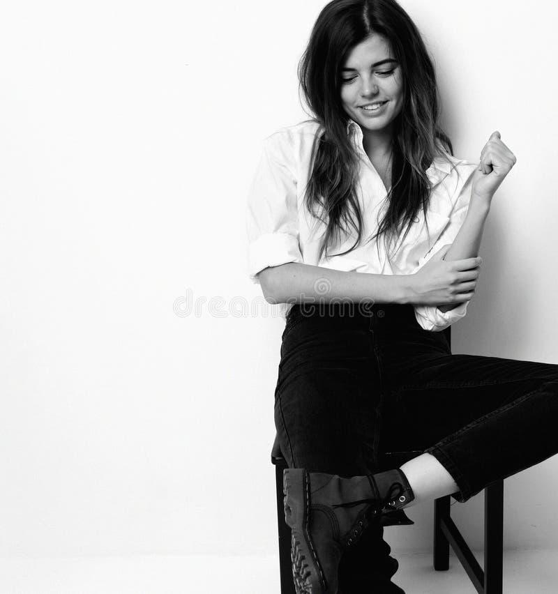 Jeune belle fille sexy de hippie posant dans la chemise blanche et le mode photographie stock libre de droits