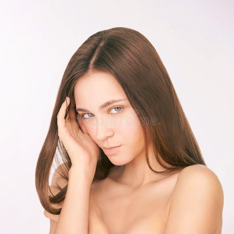 Jeune belle fille Soins de la peau de cosm?tologie Femme blanc photo stock