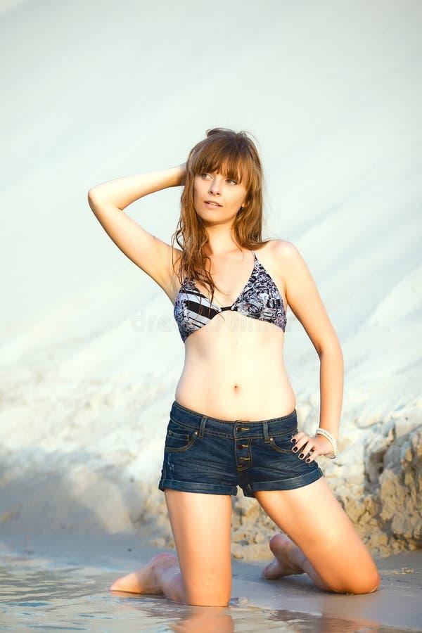 Jeune belle fille sur la plage photo libre de droits