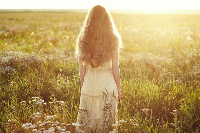 Jeune belle fille sur un champ d'été Été de beauté images stock