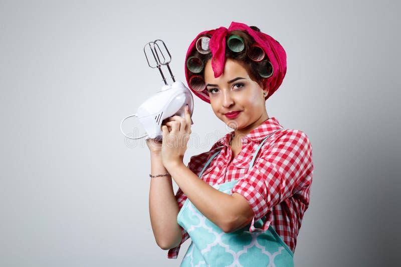 Jeune belle fille tenant le mélangeur photos libres de droits