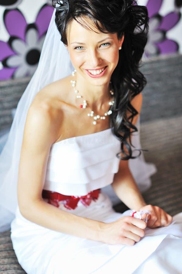 Jeune belle jeune mariée étant prête photo stock