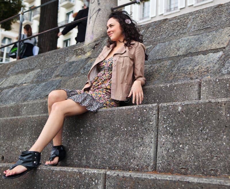 Jeune belle Latina reposant sur des escaliers image libre de droits
