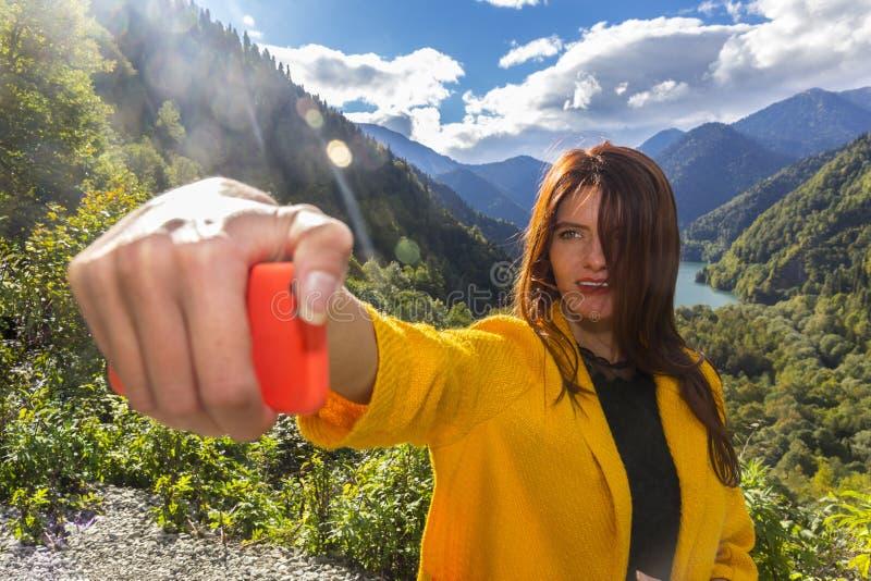 Jeune belle longue femme de cheveux faisant le selfi émotif photo stock