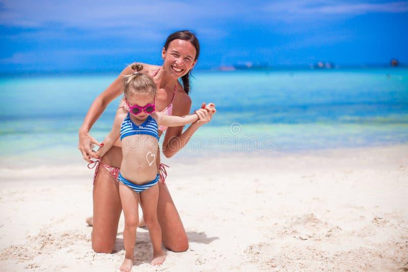 Jeune belle mère et son petit adorable image libre de droits