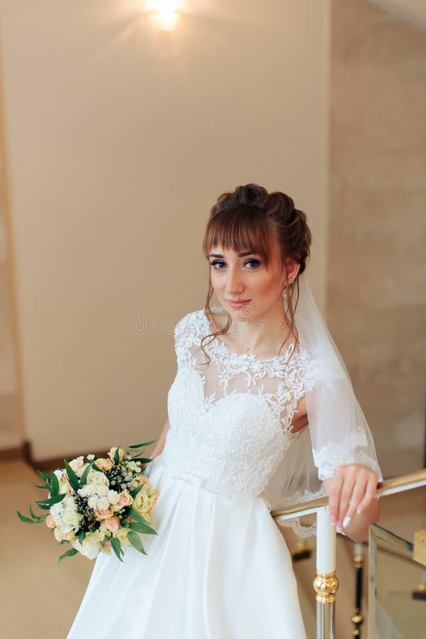 Jeune belle jeune mariée dans l'intérieur cher, jour du mariage 1 photographie stock