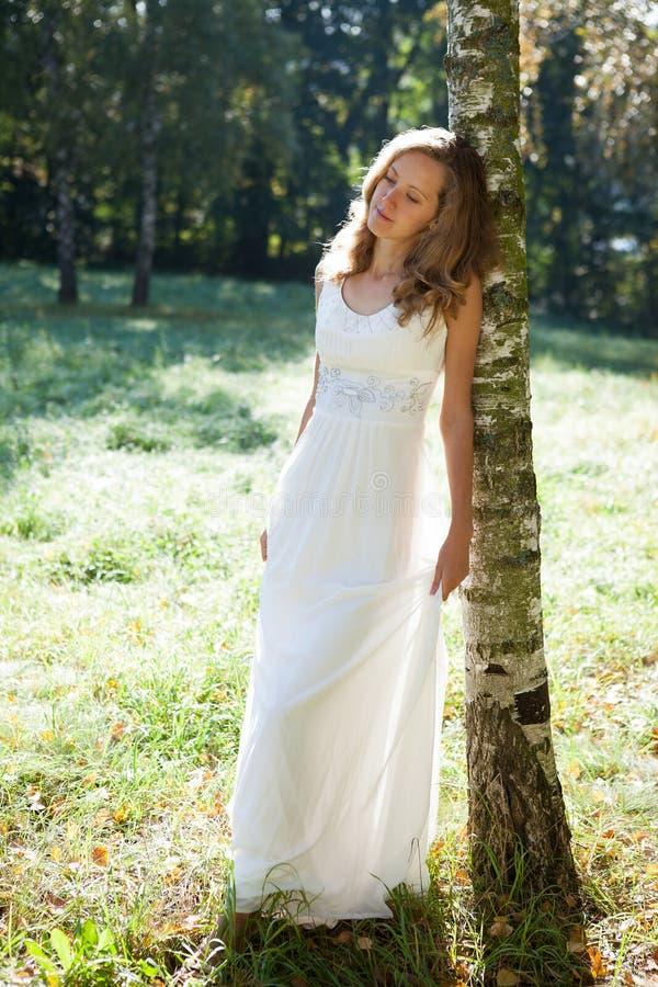 Jeune belle mariée en nature ensoleillée verte photographie stock