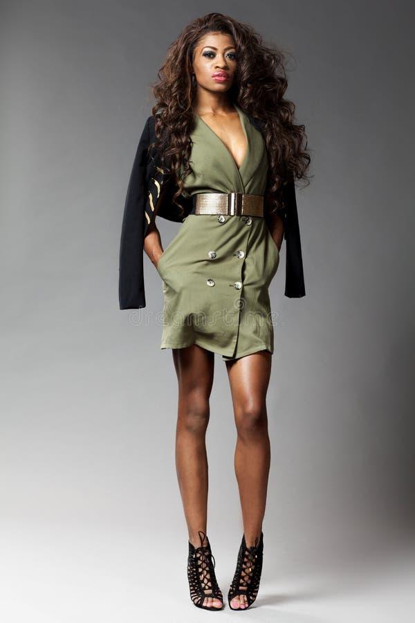 Jeune belle pose africaine de fille photographie stock
