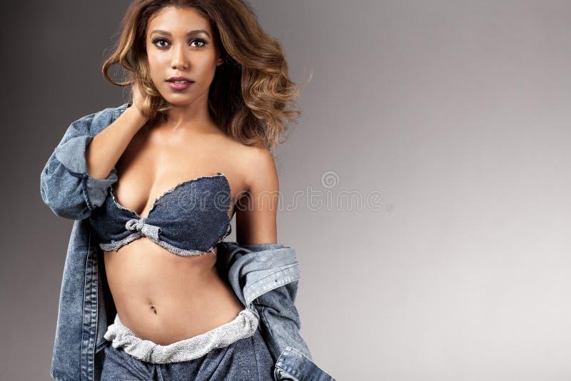 Jeune belle pose africaine de fille photo stock