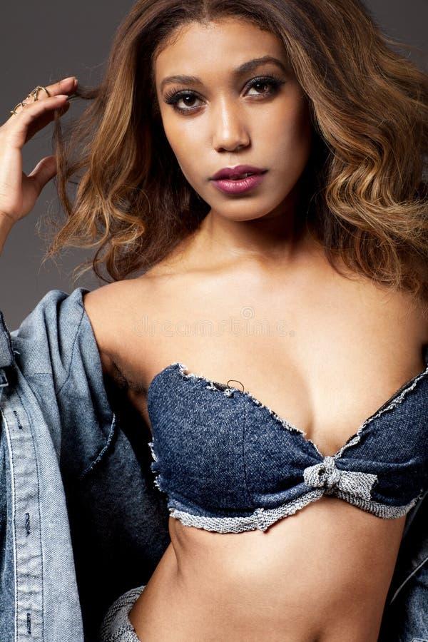 Jeune belle pose africaine de fille images stock