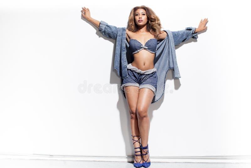 Jeune belle pose africaine de fille images libres de droits