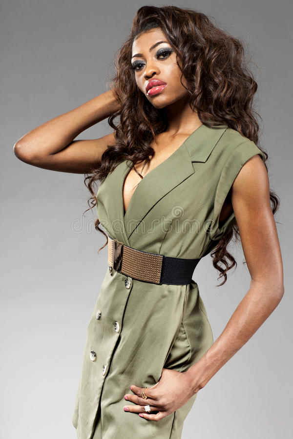 Jeune belle pose africaine de fille image libre de droits