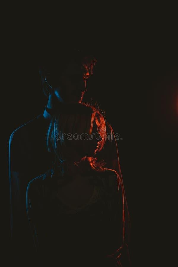 Jeune belle silhouette de couples en noir et blanc photo stock