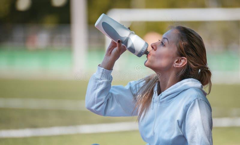 Jeune belle sportive se reposant après la formation Recyclage de 04 photo libre de droits