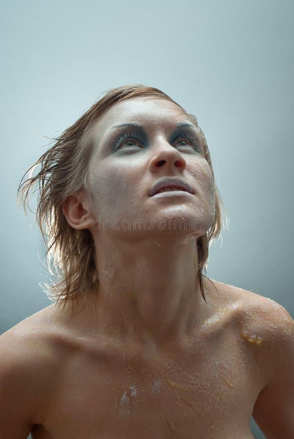 Jeune belle verticale congelée de studio de femme images stock