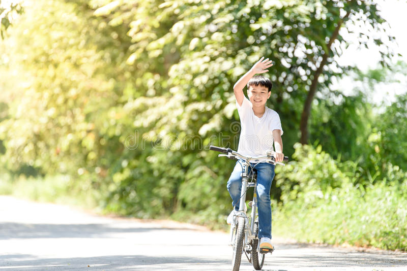 Jeune bicyclette de tour de garçon image stock