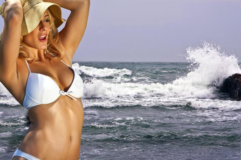Jeune bikini blond chez grand Sur, Caifornia, Etats-Unis photographie stock libre de droits