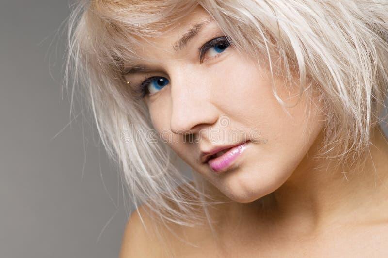 Jeune blond attrayant avec des œil bleu photos libres de droits