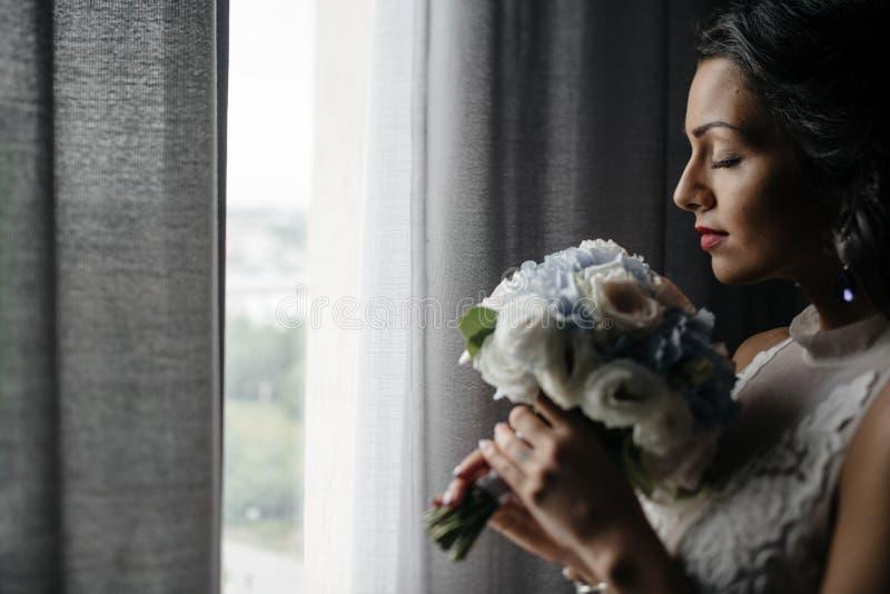 Jeune blond dans la robe de mariage image libre de droits