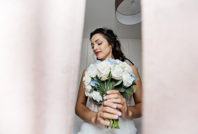 Jeune blond dans la robe de mariage photo stock