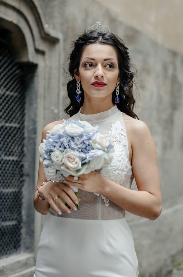 Jeune blond dans la robe de mariage photo libre de droits