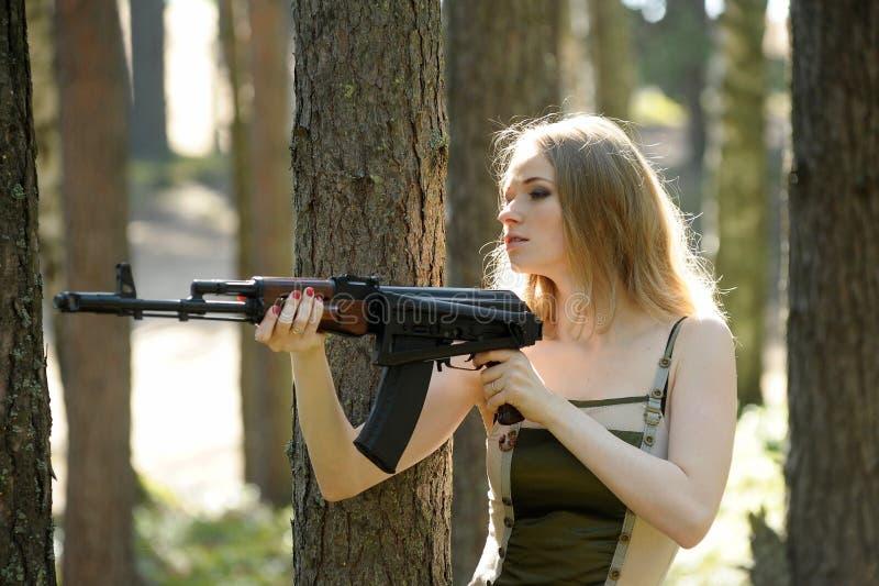 Jeune blonde avec un fusil photo libre de droits