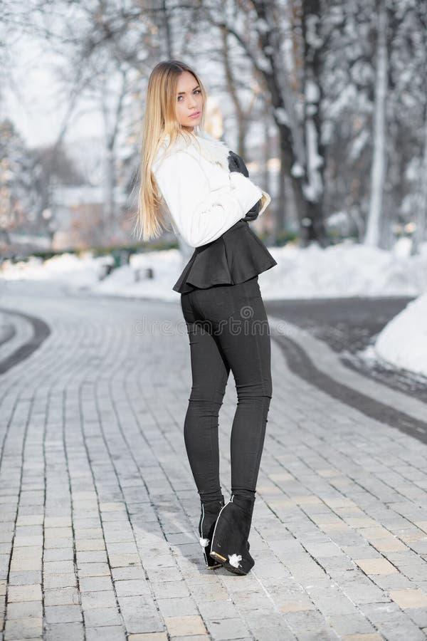 Jeune blonde de charme photographie stock