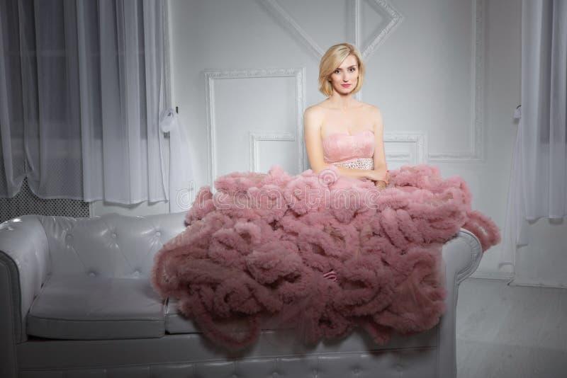 Jeune blonde mignonne posant dans le studio photos stock