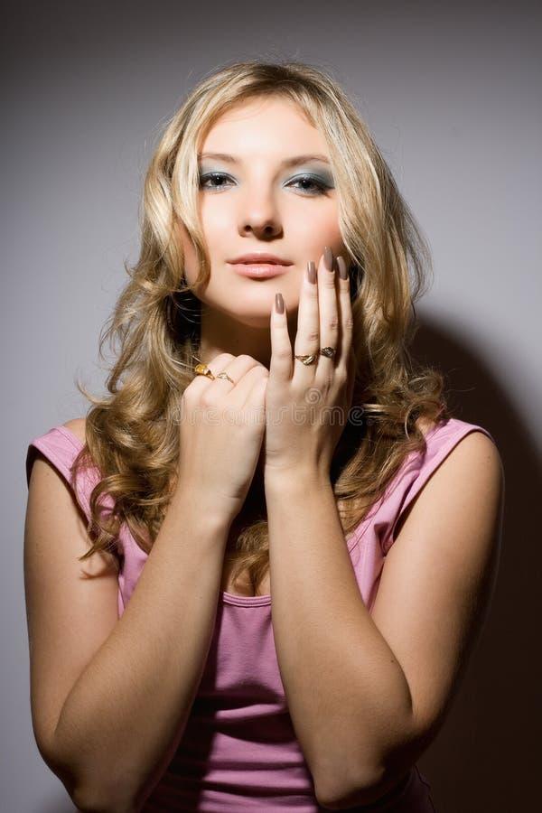 Jeune blonde sensuelle séduisante image libre de droits