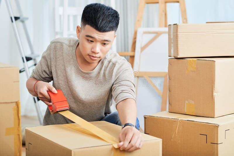 Jeune boîte en carton masculine d'emballage pour le déplacement photos libres de droits