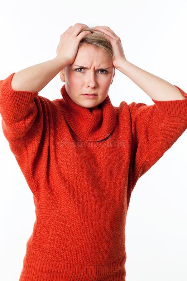 Jeune bouder blond perturbé de femme, exprimant l'effort, la frustration et l'exaspération images libres de droits