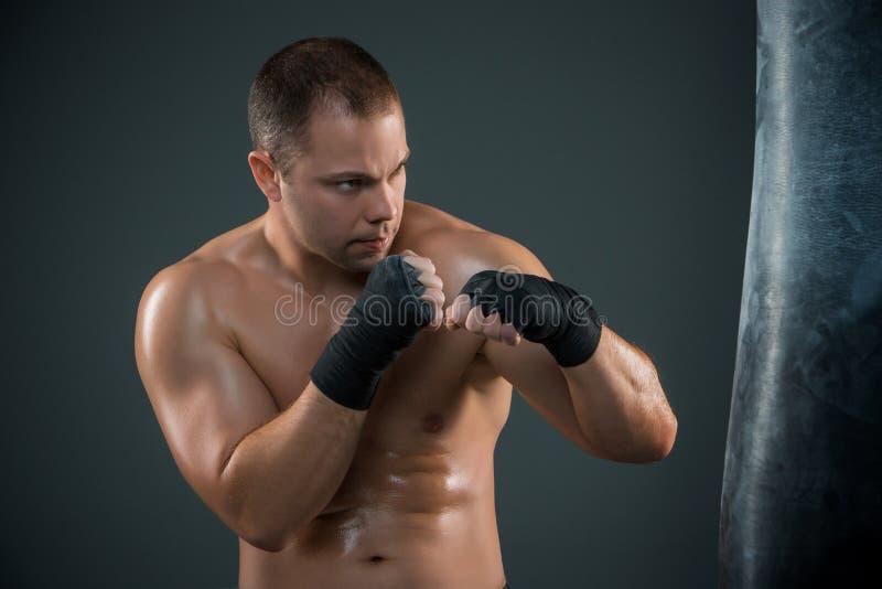 Jeune boxe de boxeur photo stock