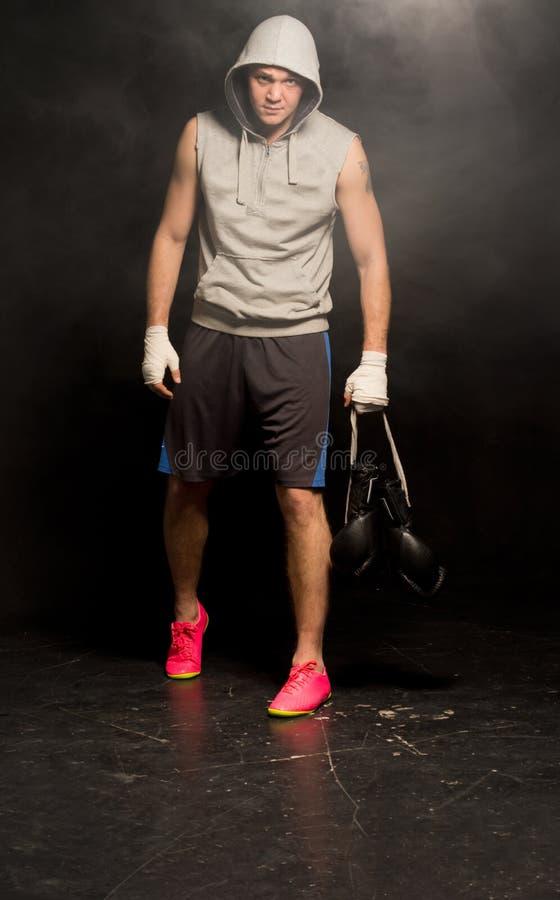 Jeune boxeur découragé partant après une défaite images libres de droits