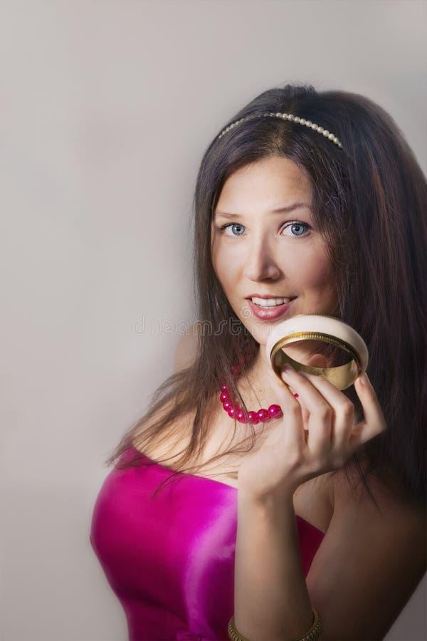 Jeune bracelet de sourire et se tenant femelle gai photo libre de droits