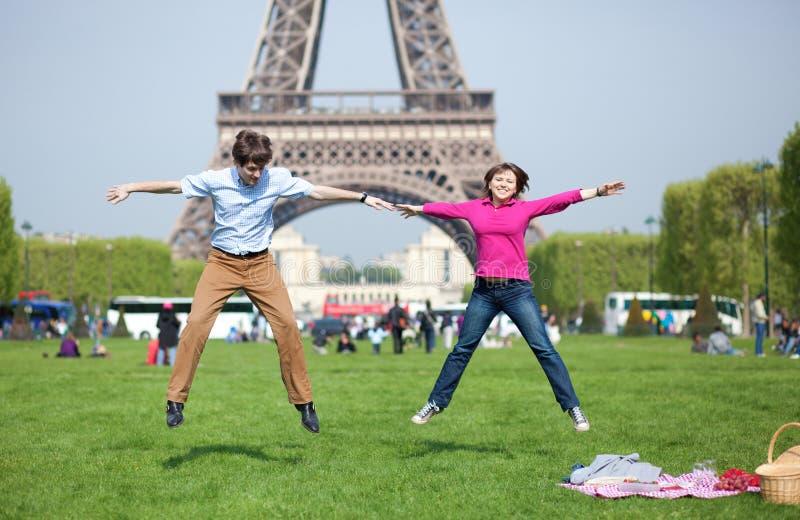 Jeune brancher heureux de couples photographie stock libre de droits