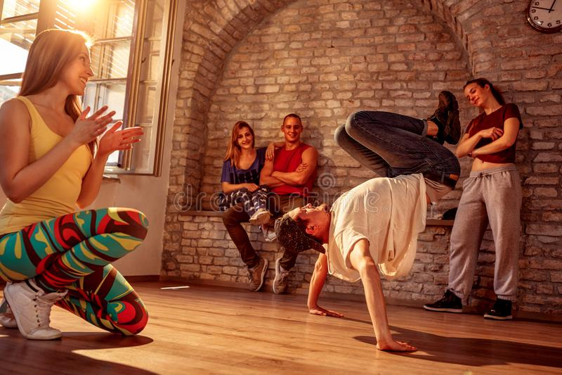 Jeune break dance d'artiste de rue effectuant des mouvements image libre de droits