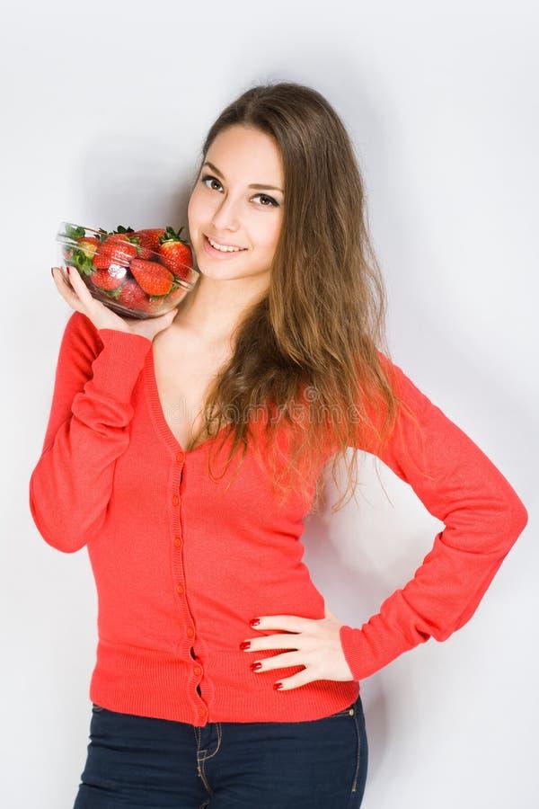 Jeune brune convenable avec des fraises. photographie stock