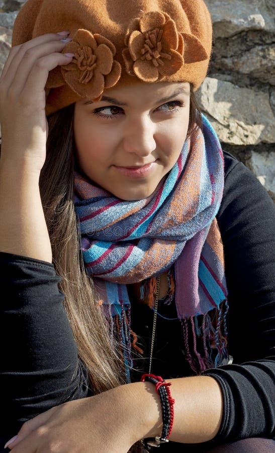 Jeune brune dans l'équipement d'automne photo stock