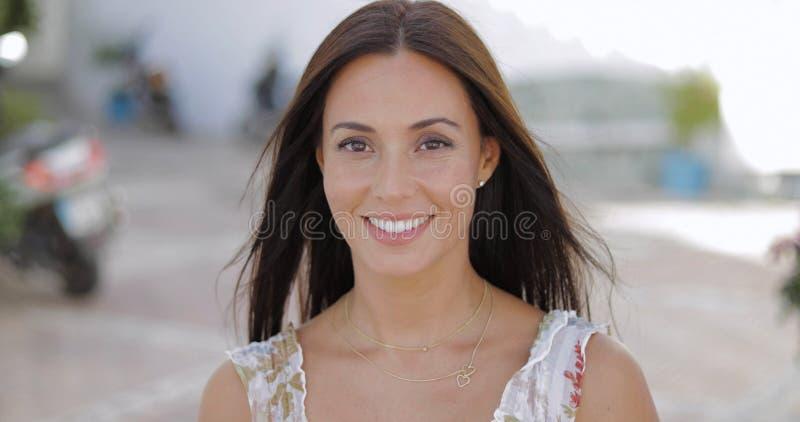 Jeune brune merveilleuse regardant l'appareil-photo photographie stock libre de droits