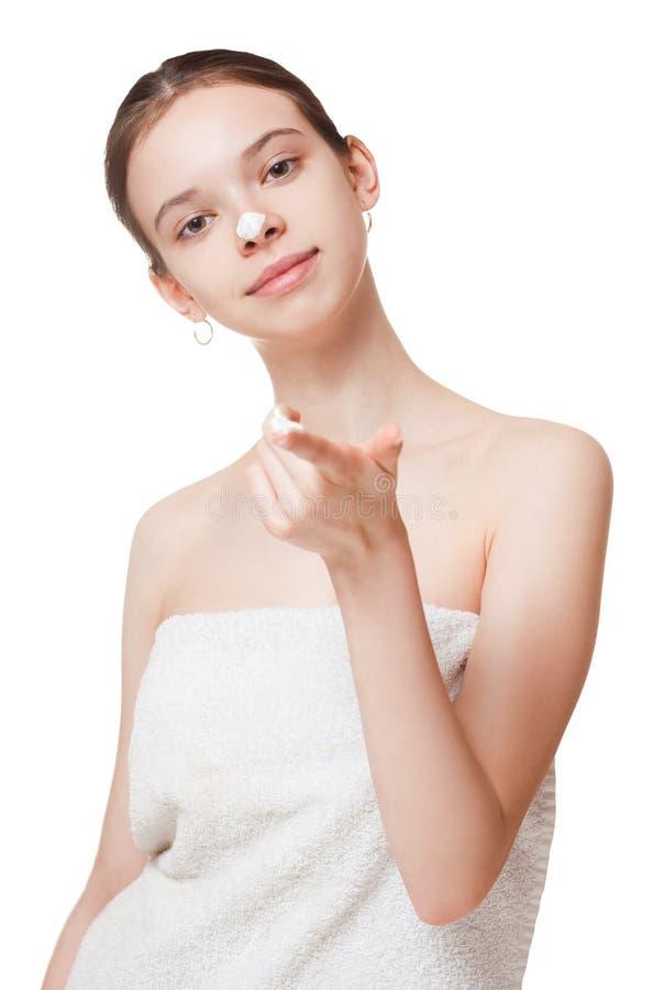 Jeune brune utilisant la lotion de corps images libres de droits