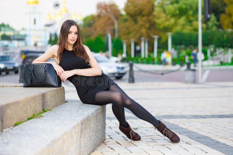 Jeune brunette attirant photographie stock libre de droits