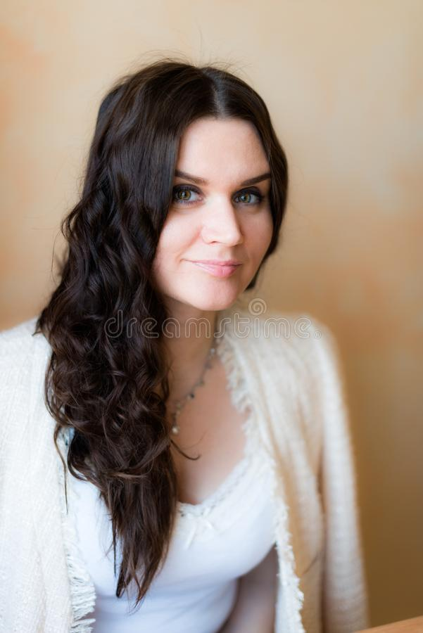 Jeune brunette branchée et attrayante photo stock